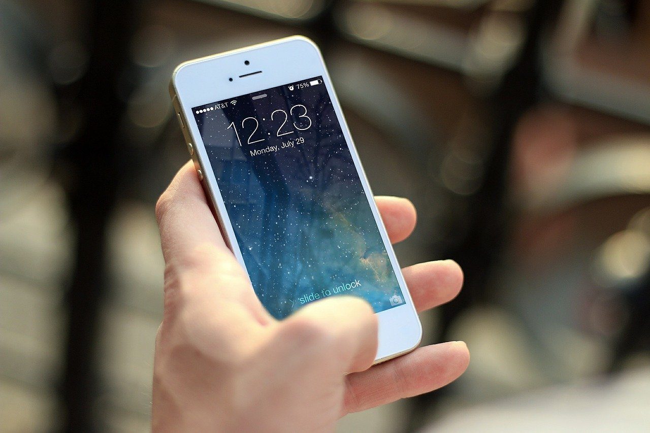 Should You be Protecting Your Skin from the Blue Light Emitted by Your Phone?